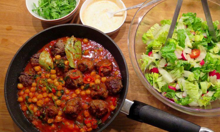 Jamies 15 Minuten: Lammhackbällchen, Salatmix und Harissa-Joghurt