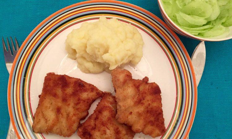 Kinderhit: Selbstgemachte Fischstäbchen, Kartoffelpüree und Gurkensalat