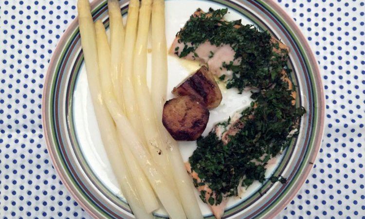 Lachs mit Kräutern, Spargel, neue Kartoffeln & Senf-Vinaigrette